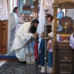 pr-nicolae-tanase-impartasind-copiii-in-biserica-de-la-valea-plopului