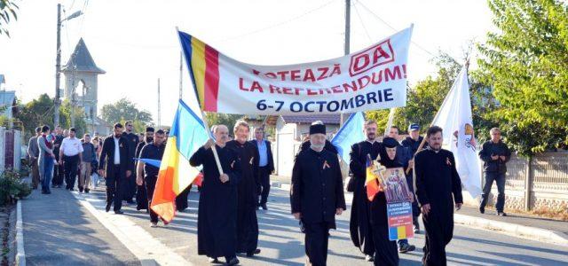 """În seara zilei de 4 octombrie, în orașul Drăgănești-Olt, s-a desfășurat un marș pentru susținerea Referendumului național privind înlocuirea în Constituție, la art. 48 alin. 1, a termenului""""soți""""cu""""un bărbat și […]"""