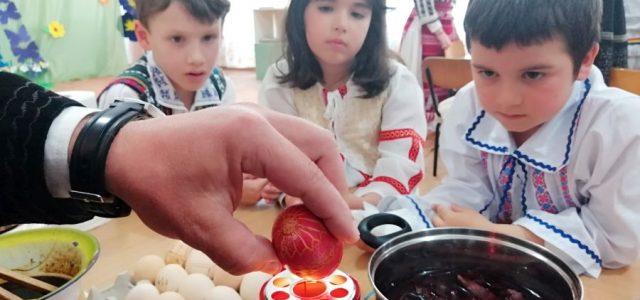 """În data de 12 aprilie a.c., la Grădinița cu Program Normal nr. 1 din orașul Balș, s-a desfășurat activitatea """"Paștele între modern și tradițional"""", parte a parteneriatului """"Prieteni la distanță"""", […]"""