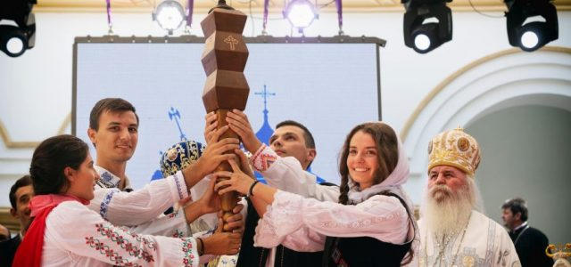 Întâlnirea Internațională a Tinerilor Ortodocși (ITO) de la Craiova a ajuns la final. Duminică, organizatorii au predat ștafeta reprezentanților Arhiepiscopiei Timișoarei, gazda următoarei ediții. Ultima zi a ITO 2019 s-a […]